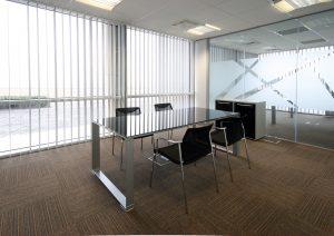 Cortinas verticales con tejido screen para oficina