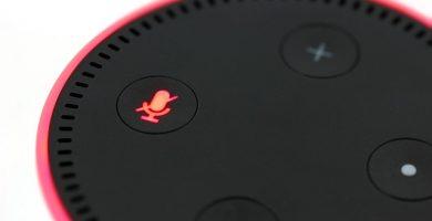 un Amazon Echo / Alexa con el que se pueden usar estores enrollables a medida baratos online con motor