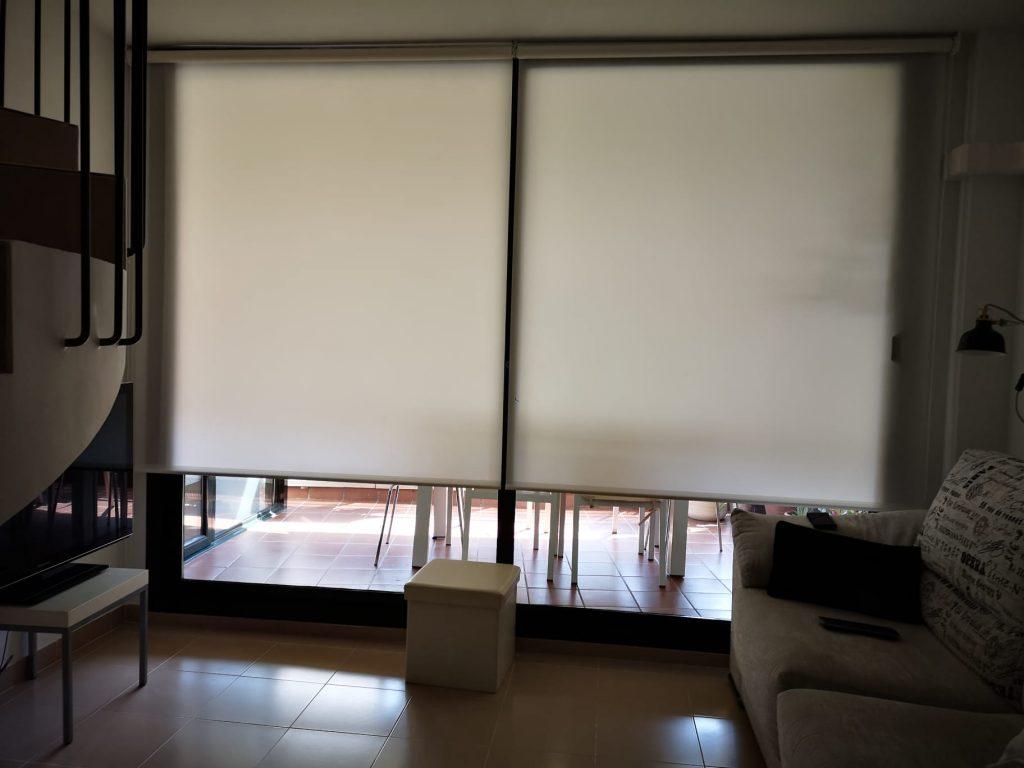Viste las ventanas de tu salón con estores enrollables, paneles japoneses, cortinas verticales a medida. Ideales para el salón.
